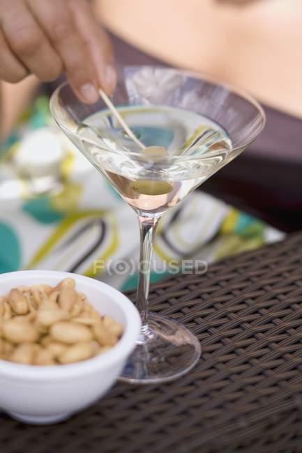 Femme exploitation olive verte en verre Martini — Photo de stock