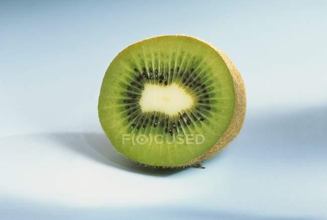 Fruta de kiwi media, primer plano - foto de stock