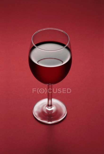 Стакан с восхитительным красным вином — стоковое фото
