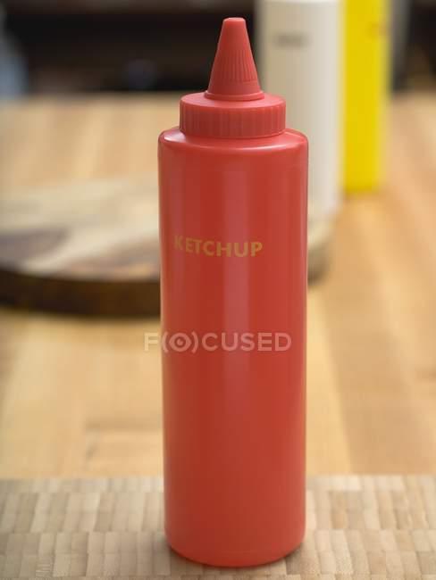 Кетчуп в пластиковой бутылке — стоковое фото