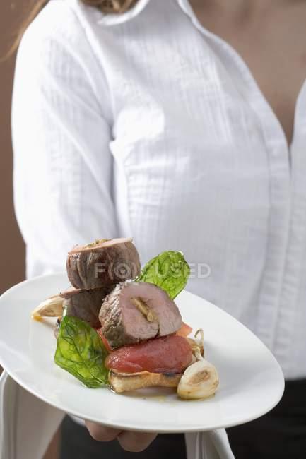 Assiette femme avec filet de porc — Photo de stock