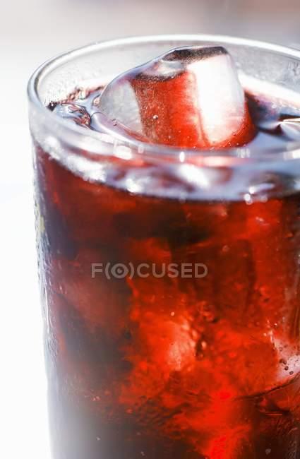 Succo di frutta rossa con cubetti di ghiaccio — Foto stock