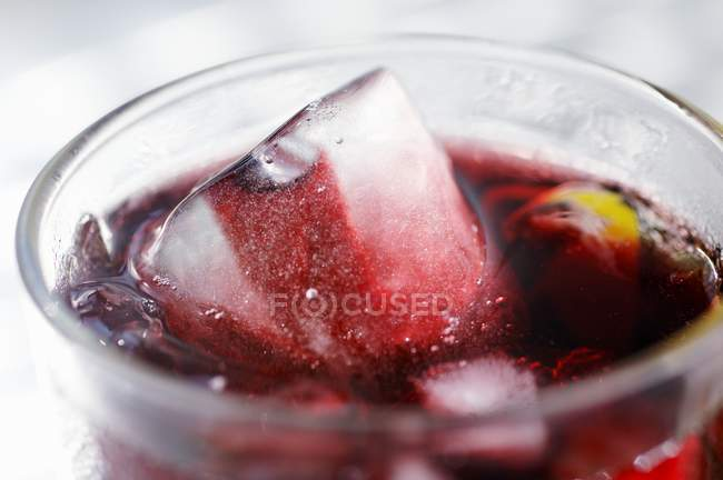 Red fruit juice with ice cubes — Stock Photo
