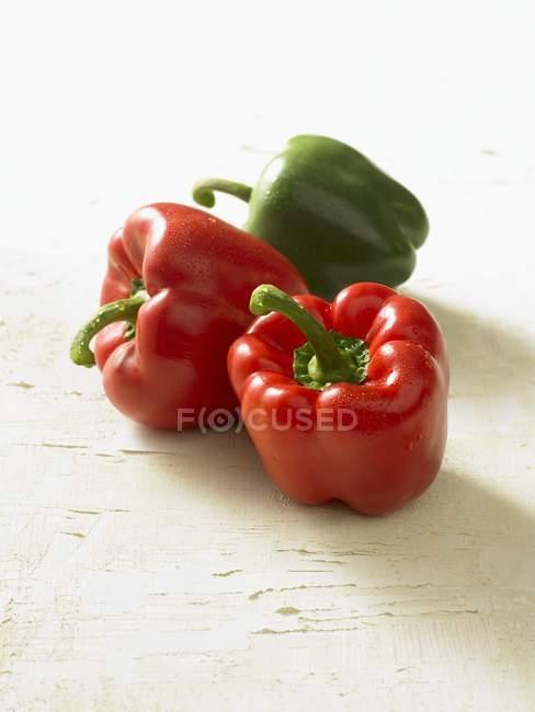 Peperoni rossi e verdi maturi — Foto stock
