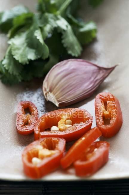 Alho cravo e fatiado com pimentões — Fotografia de Stock