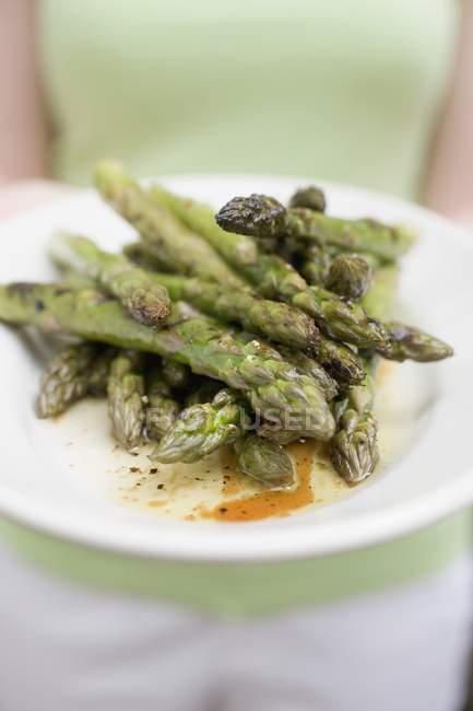 Assiette femme aux asperges grillées — Photo de stock
