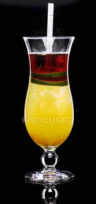 Апельсиновый коктейль в стекле — стоковое фото