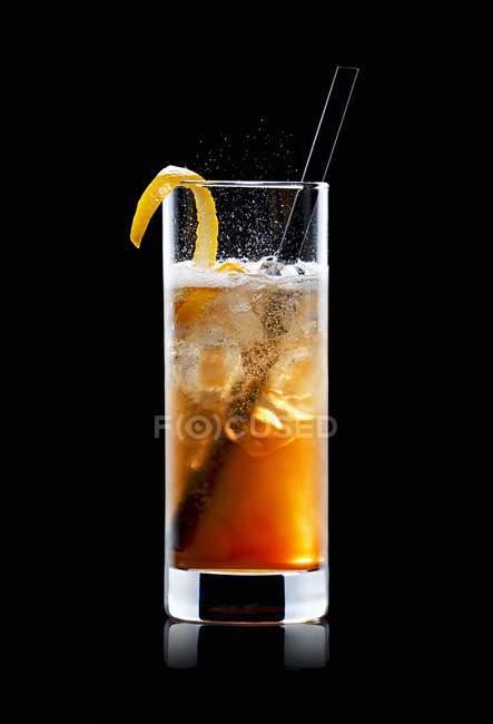 Vista da vicino del cocktail con Jagermeister, Red Bull, ghiaccio e bucce d'arancia — Foto stock