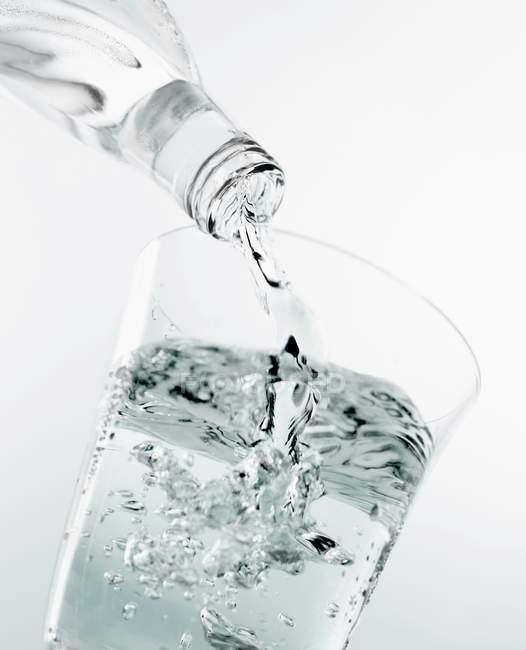 Розливу мінеральної води — стокове фото