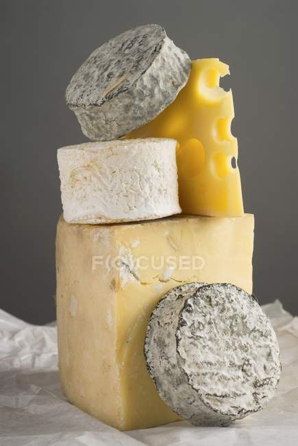 Fromage empilé sur textile — Photo de stock