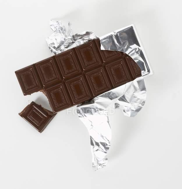 Темний шоколад срібло паперу — стокове фото