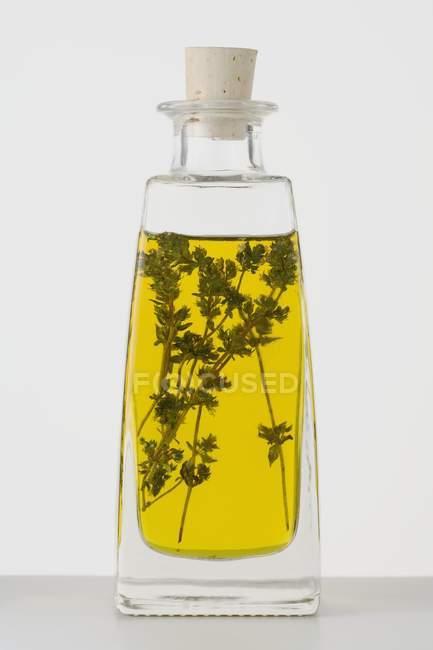Vue rapprochée de l'huile de thym dans une bouteille — Photo de stock