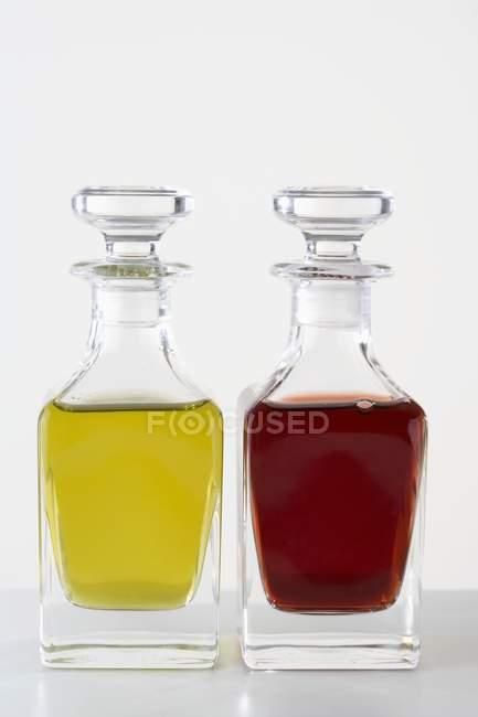 Huile d'olive et vinaigre en bouteilles — Photo de stock