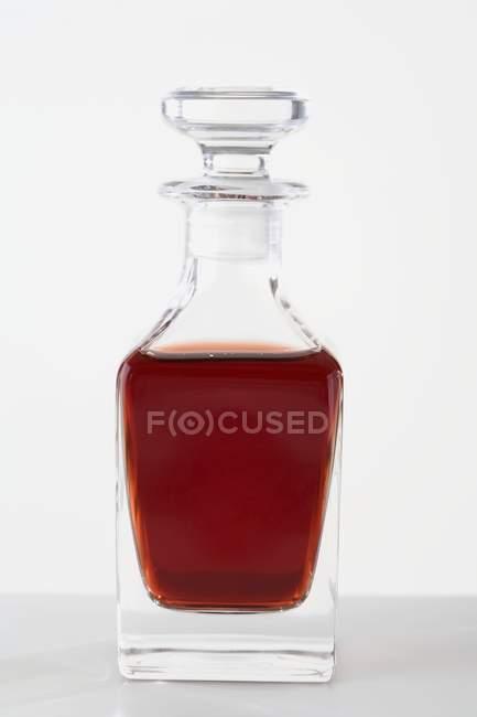 Vista close-up de vinagre em uma pequena garrafa de vidro — Fotografia de Stock