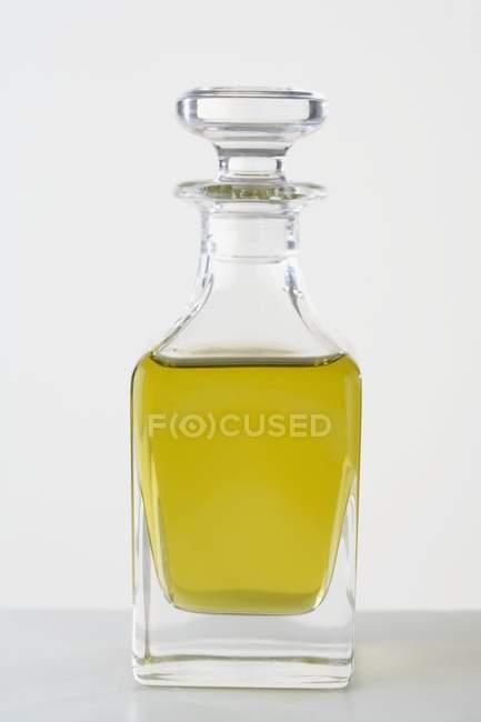 Huile d'olive dans une bouteille en verre — Photo de stock