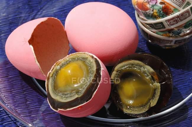 Vista de cerca de los huevos de todo y a la mitad del siglo - foto de stock