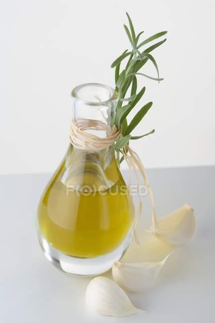 Huile d'olive en carafe à l'ail — Photo de stock
