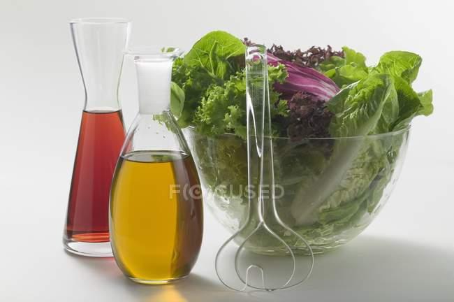 Крупным планом вид масла и уксуса в графины рядом Салатница — стоковое фото
