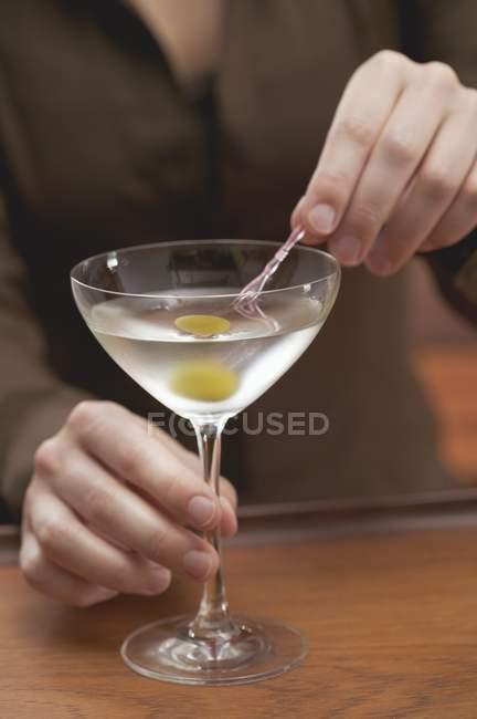 Бармен, предлагая стакан мартини — стоковое фото