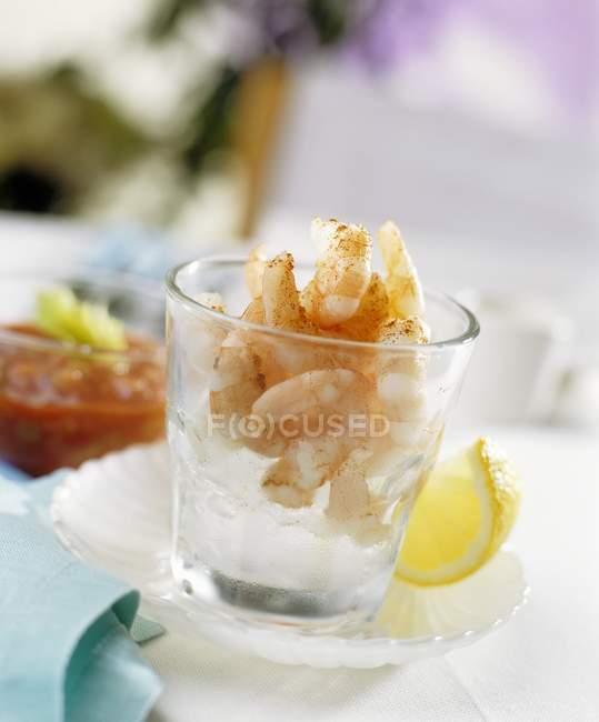 Креветки на дробленый лед в стакане — стоковое фото