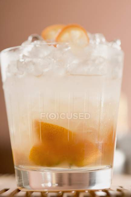 Cocktail with kumquats and ice cubes — Stock Photo