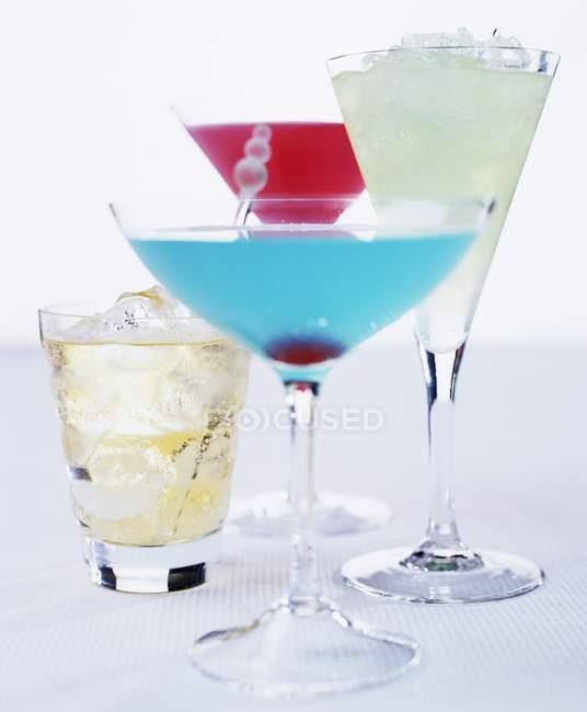 Cocktail diversi in bicchieri eleganti — Foto stock