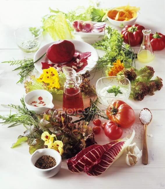 Vista close-up de vegetais ainda vida com ervas, folhas de salada e temperos — Fotografia de Stock