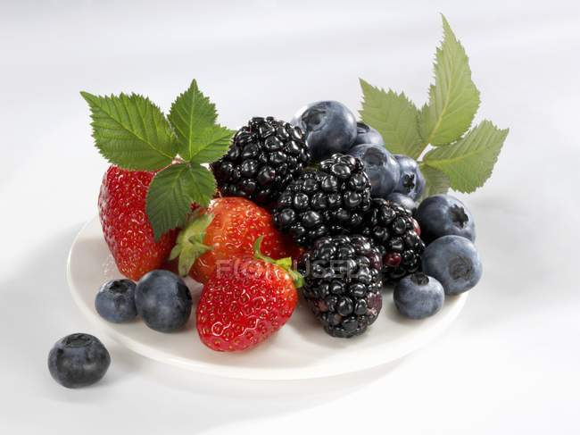 Blueberries with strawberries and blackberries — Stock Photo