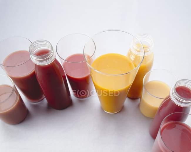 Verschiedene Smoothies auf Tisch — Stockfoto