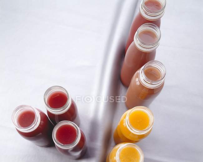 Verschiedene Smoothies in Kunststoff-Flaschen — Stockfoto