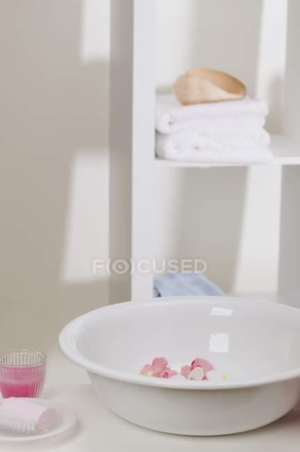 Вимийте миску з квітами, мило, рушники і свічку в скло — стокове фото