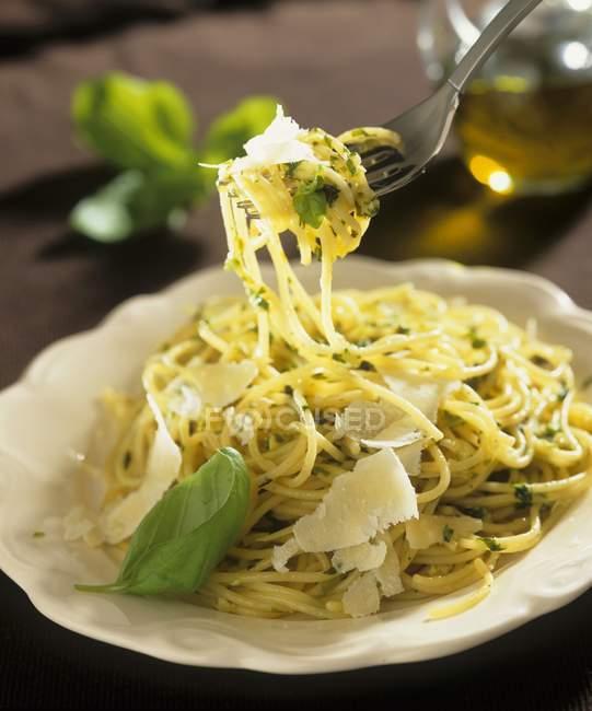 Espaguetis con albahaca y parmesano - foto de stock