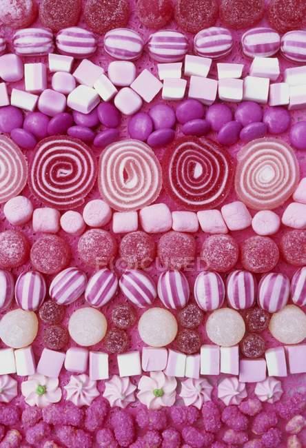 Ассорти розовые сладости — стоковое фото