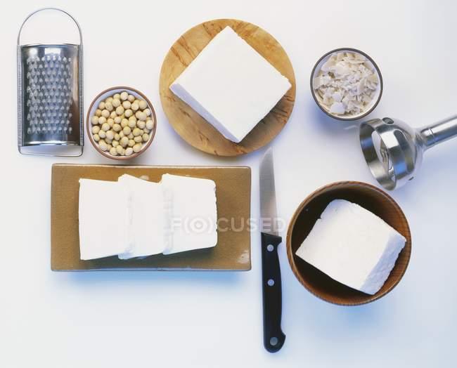 Tofu, Sojabohnen und Küchengeräte — Stockfoto