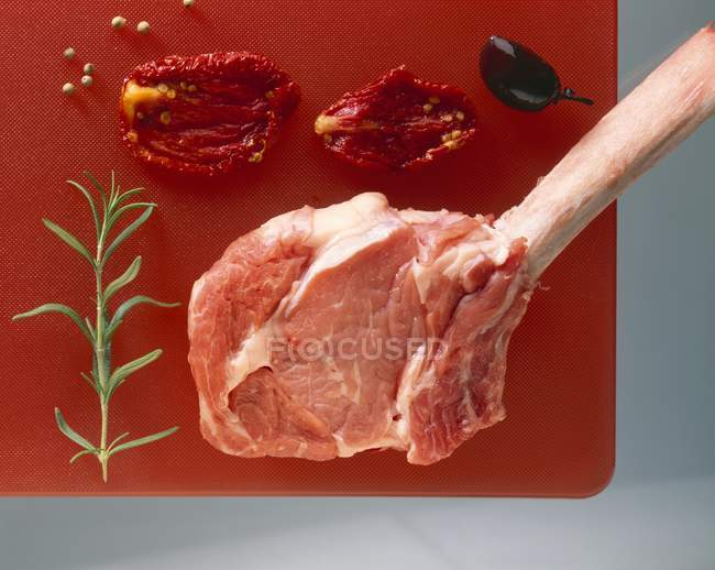 RAW Чоп яловичини з розмарином — стокове фото
