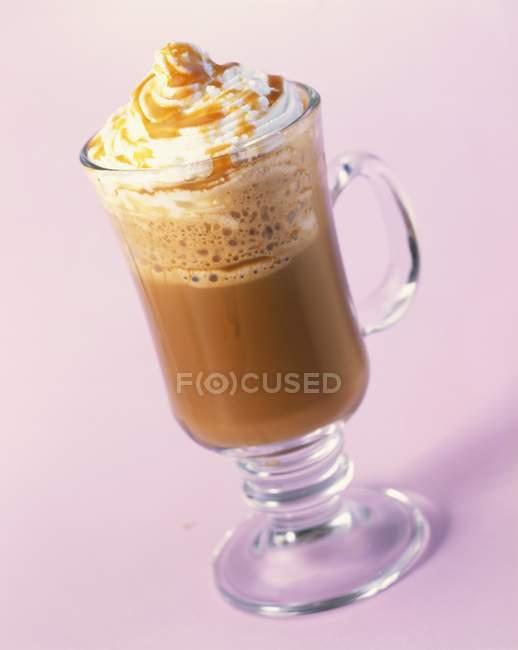 Vaso de chocolate caliente con nata - foto de stock