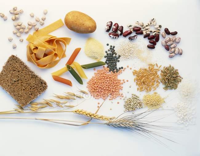 Alimentos ricos em carboidratos sobre fundo branco — Fotografia de Stock