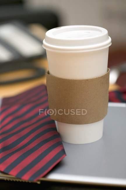 Para llevar taza de café y corbata - foto de stock