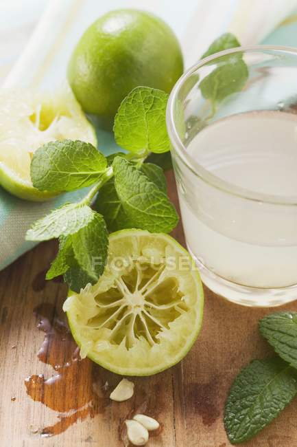 Succo di lime in vetro — Foto stock