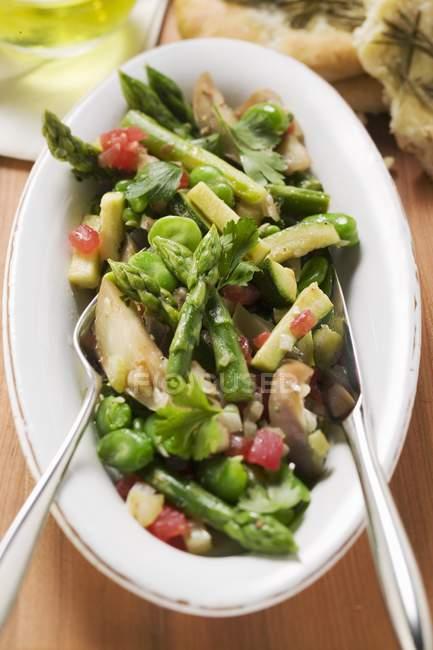Primo piano vista dall'alto di insalata di asparagi verdi con verdure — Foto stock