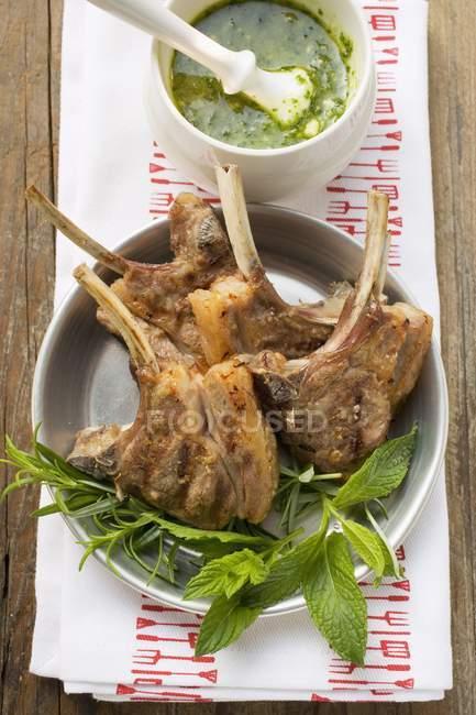 Côtelettes d'agneau grillées — Photo de stock