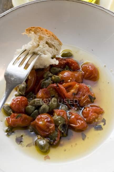 Gebratene Tomaten mit Kapern — Stockfoto