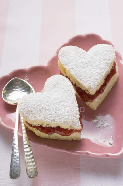 Gâteaux en forme de coeur avec de la confiture — Photo de stock