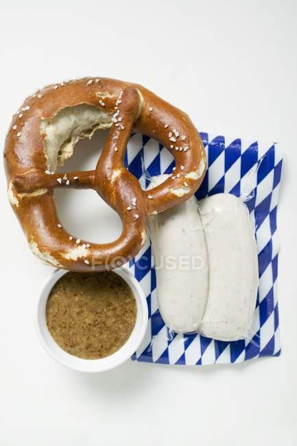 Weisswurst в упаковці кренделі — стокове фото