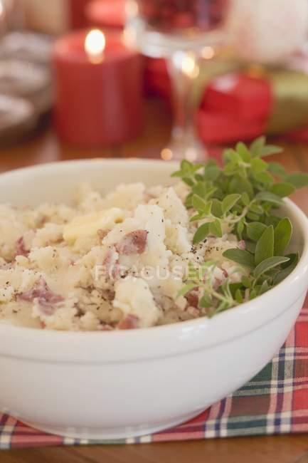 Purê de batata com erva na tigela na mesa de Natal — Fotografia de Stock