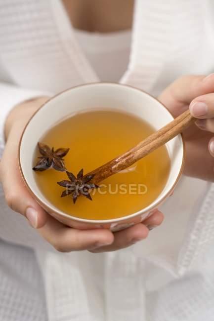 Femme tenant bol de thé — Photo de stock