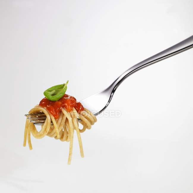 Espaguete com molho de tomate em garfo — Fotografia de Stock
