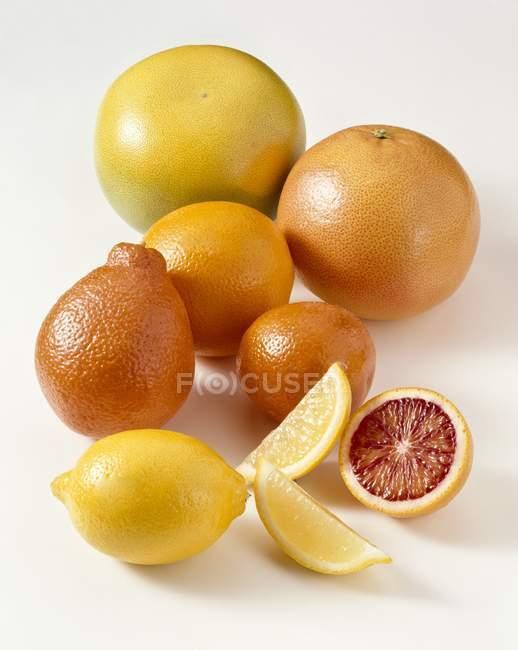 Вся і нарізані фрукти цитрусові — стокове фото