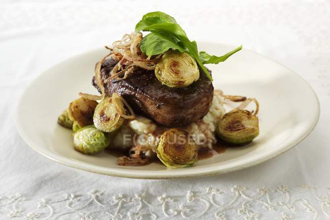Filet de boeuf avec pommes de terre — Photo de stock