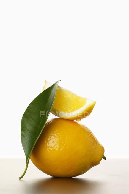 Frische Zitrone mit Scheibe und Blatt — Stockfoto